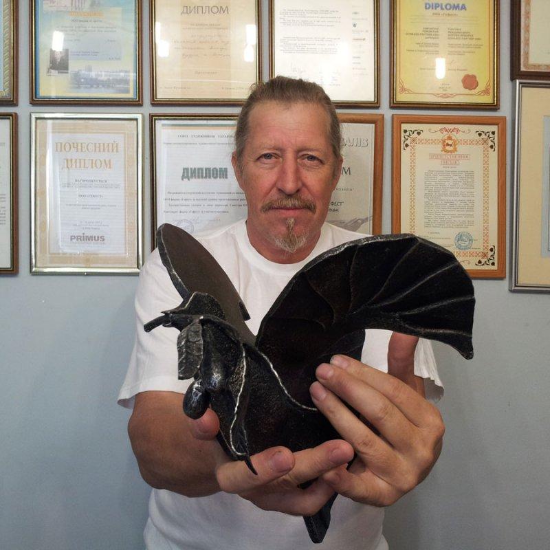 Виктор Бурдук с кованым голубем мира